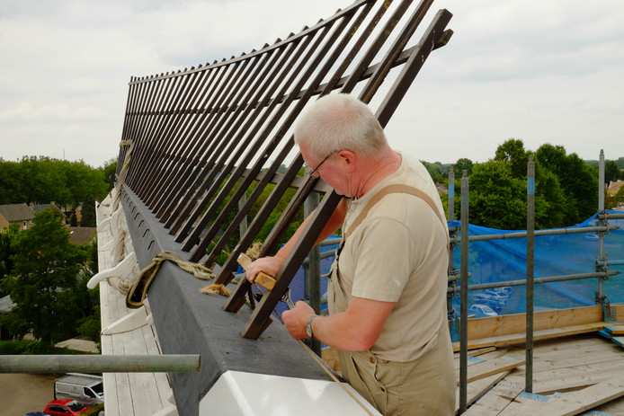 Molenaar Onno Wubbels werkt de wieken van molen De Doornboom in Hilvarenbeek bij