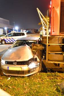 Automobilist overleeft aanrijding met goederentrein