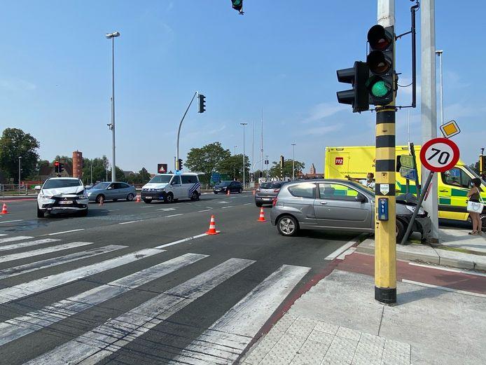 Het kruispunt aan de Dampoort was deels versperd voor het verkeer.