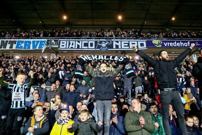 Het is nog maar de vraag of ze het stadion wel weer in kunnen begin volgend seizoen, maar de supporters van Heracles tonen zich loyaal.