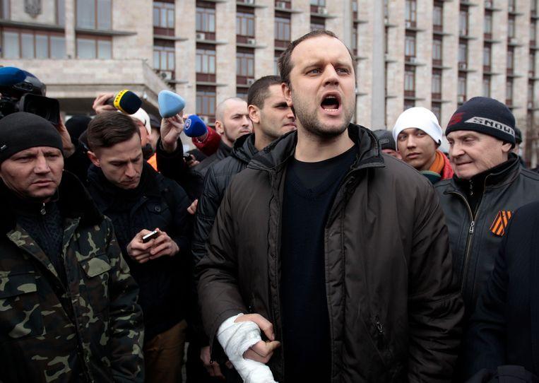 Activist Pavel Gubarev (schreeuwend) voor het overheidsgebouw in Donetsk. Beeld ap