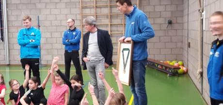 Oud-topvolleyballer Bas van de Goor verrast zijn oude basisschool in Oss