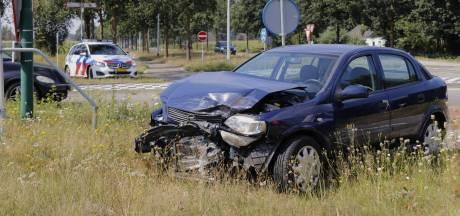 Flinke schade bij botsing tussen 2 auto's op N272 bij Oploo