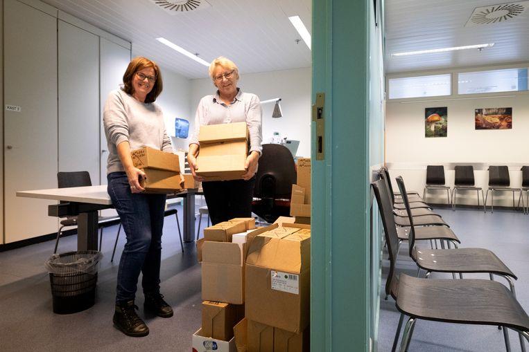 Marita De Mayer en Marijke Goossens zijn bezig met de verhuis van de Huisartsenwachtpost.