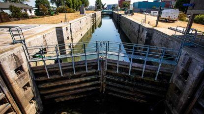 Belgische schipper zit weken vast achter sluis in Nederland, omdat waterpeil te laag is