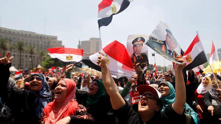 Tegenstanders van de afgezette Morsi komen bijeen op het Tahrirplein. Beeld REUTERS