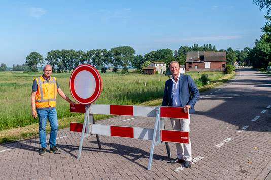 Directeur Martin Lebeau van Landheer Infra (links) en wethouder Hans de Waal van de gemeente Woensdrecht sloten Calfven vanochtend af voor doorgaand verkeer.