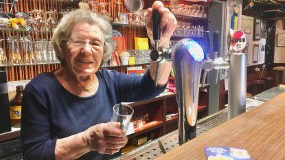 """Rozeke (84) tapt al veertig jaar de lekkerste pintjes in haar café Tilt: """"Mensen komen hier graag. Ze voelen zich hier allemaal thuis"""""""