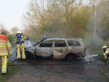 Felle brand verwoest auto in Staphorst
