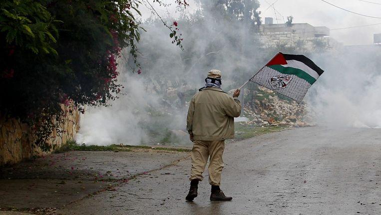 Palestijnse demonstrant vrijdag nabij confrontaties met het Israëlische leger. Beeld epa