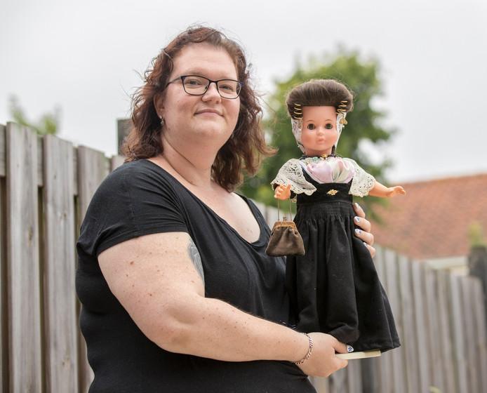 Melissa van der  Meirsch met haar pop in Zeeuwse klederdracht.