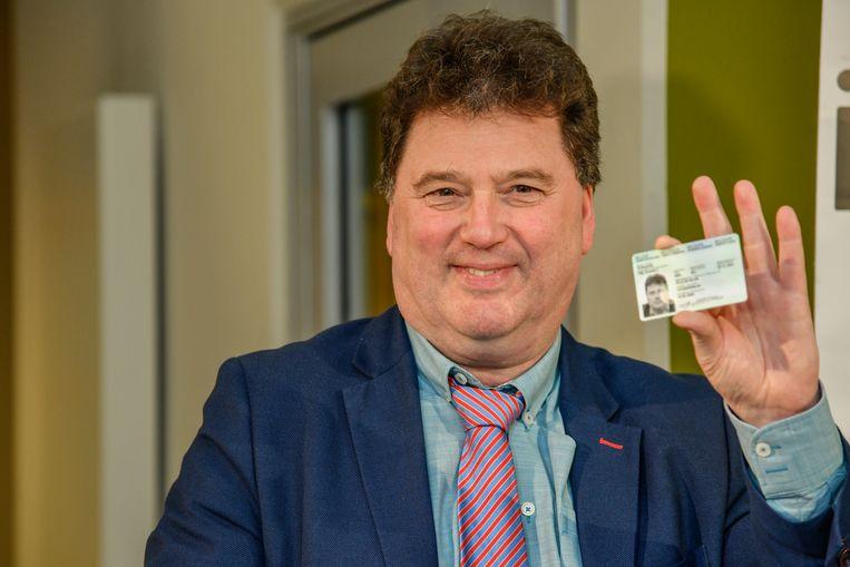 """Burgemeester Filip Anthuenis (Open Vld) met zijn nieuwe identiteitskaart: """"De gegevens"""