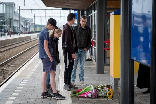 Rouw op station Elst na het dodelijke ongeval.