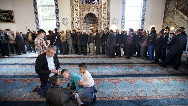 Moslims na afloop van het ochtendgebed in de Mevlana Moskee in Rotterdam Beeld ANP