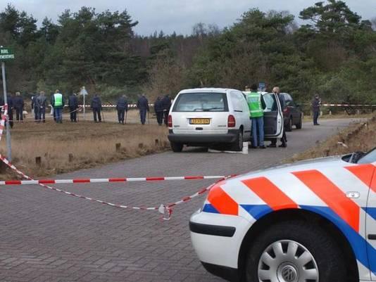 De politie doet onderzoek op de Posbank bij Rheden na de moord op Alex Wiegmink in 2003.