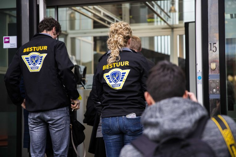Leden van de actiegroep Farmers Defence Force arriveren maandag bij de rechtbank. Beeld ANP