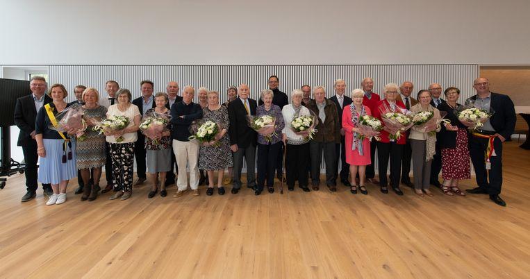 De jubilarissen samen met de mandatarissen in het vernieuwde gemeentehuis