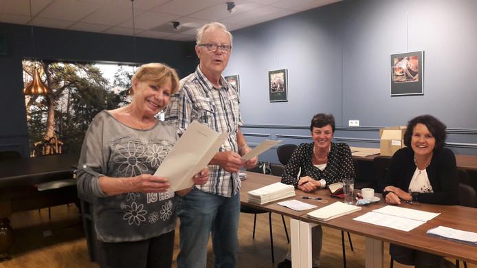 Marije en Hans Abeelen stemmen op het stembureau in dorpshuis De Spil in Wouwse Plantage.