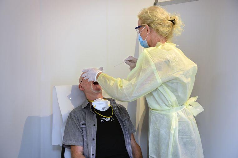 De inmiddels bekende testmethode voor corona Beeld Marcel van den Bergh / de Volkskrant