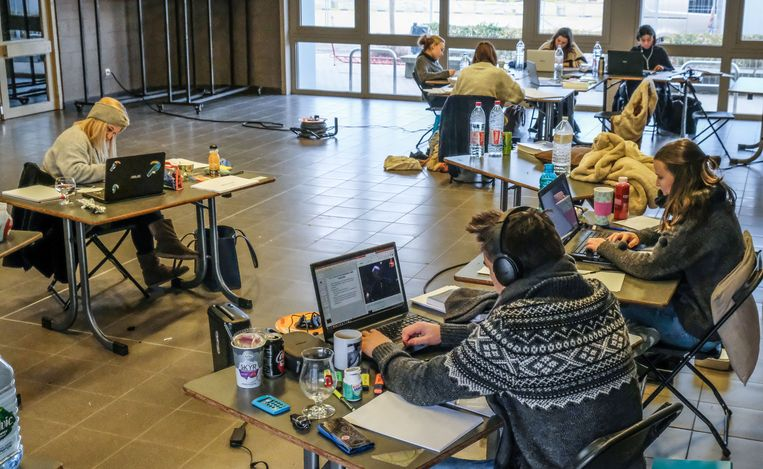 Jongeren komen samen om te studeren in jeugdcentrum Tsas in Harelbeke.
