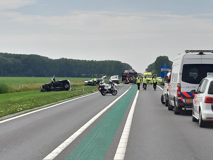 Een dodelijk ongeval op de Maas en Waalweg bij Afferden. Daarbij vielen zaterdagmiddag ook twee gewonden.