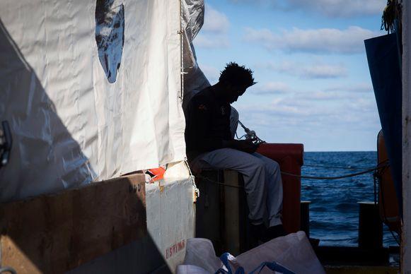 Migranten aan boord van de Sea-Watch 3 op 24 december van dit jaar.