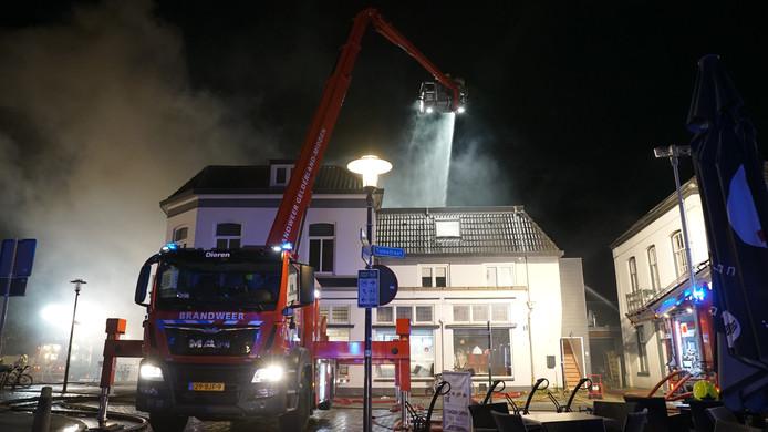 De brandweer in actie in Brummen bij de grote brand afgelopen nacht.