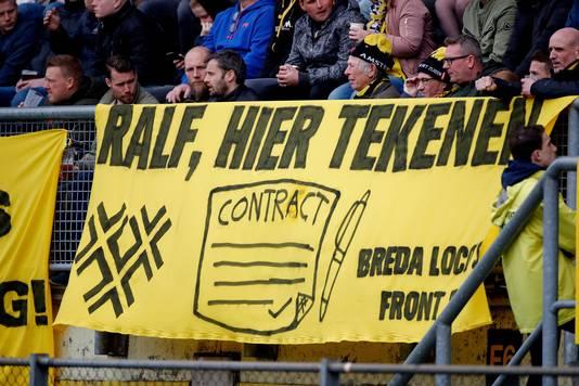 De lokroep van NAC-supporters aan het adres van Ralf Seuntjens, vorig seizoen tijdens NAC-VVV.