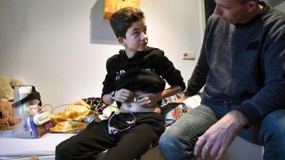 Finn (11) is doodziek, maar geen farmaceut is geïnteresseerd in zijn ziekte. Dus zoekt hij zelf naar een medicijn
