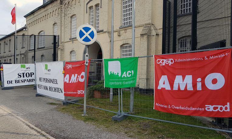 Aan de ingang van de gevangenis hingen vakbondsvlaggen.