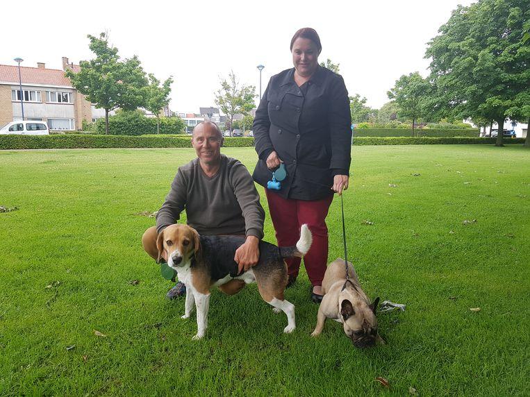 Buurtbewoners Filip Baes en Crista Blontrock met hun viervoets Flooki en Sienna. Het vergif, dat inmiddels is verwijderd, is het gespreksonderwerp onder de hondenbaasjes.