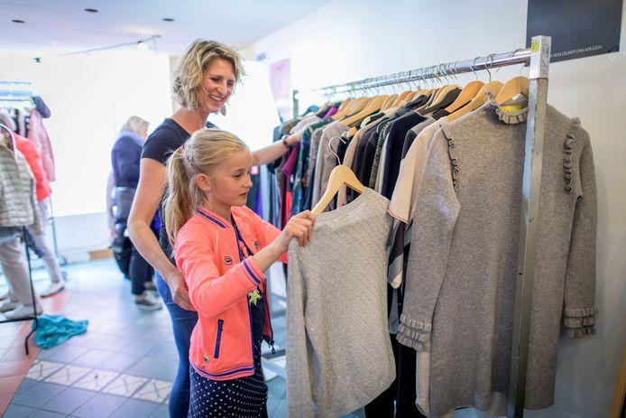 De Ladies Circle Oldenzaal verkoopt in een pop-up sture tweehandskleding voor de Linda Foundation