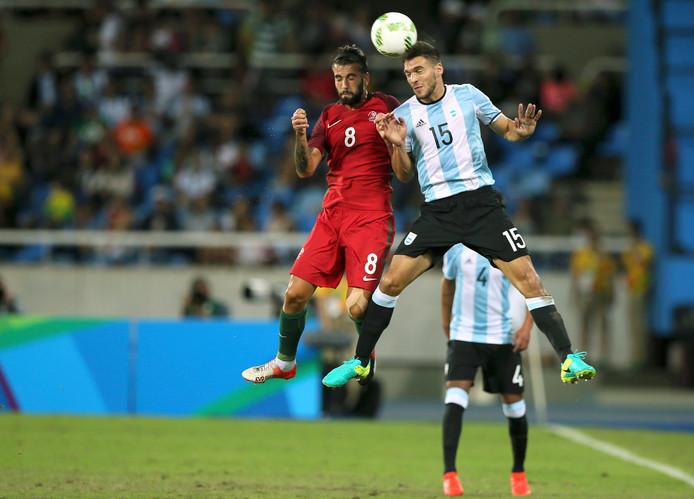 Lisandro Magallán (nummer 15) in actie voor Argentinië in een duel met Portugal.