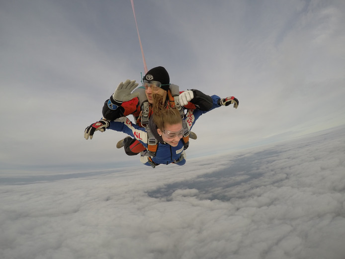 Josi en Jorn kregen een tandemsprong cadeau na terugvinden dure parachute