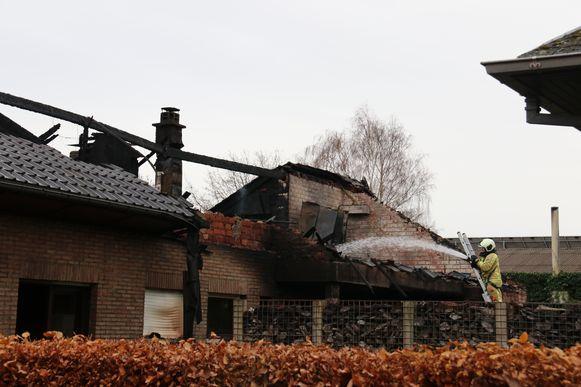 De schade aan het pand was gigantisch na de hevige brand.