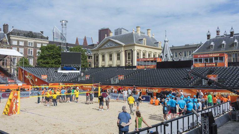 De generale repetitie in het beachvolleybalstadion op de Hofvijver in Den Haag. Op 5 juli vindt hier de finale plaats. Beeld anp
