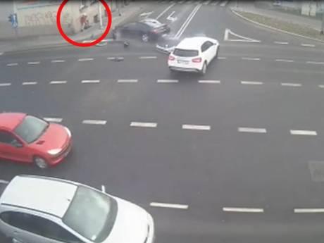 Poolse vrouw overleeft crash dankzij lantaarnpaal