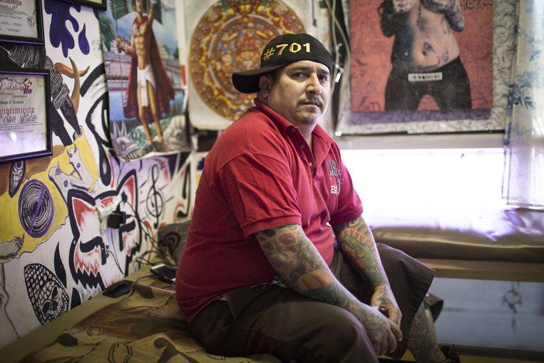 Tatoeëerder Ariel Llamas dankt een groot deel van zijn inkomsten aan drugsdealers. Beeld Julius Schrank
