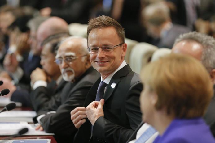 Péter Szijjártó, ici avec Angela Merkel (en premier plan) vante entre les lignes la fermeté de la politique de son pays par rapport à l'ouverture de pays comme l'Allemagne et la Belgique.