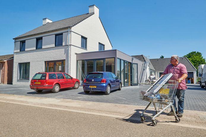 Op de plek van de Petjesbar in Overlangel is een nieuw horecapand gebouwd dat direct als dorpshuis kan worden gebruikt.