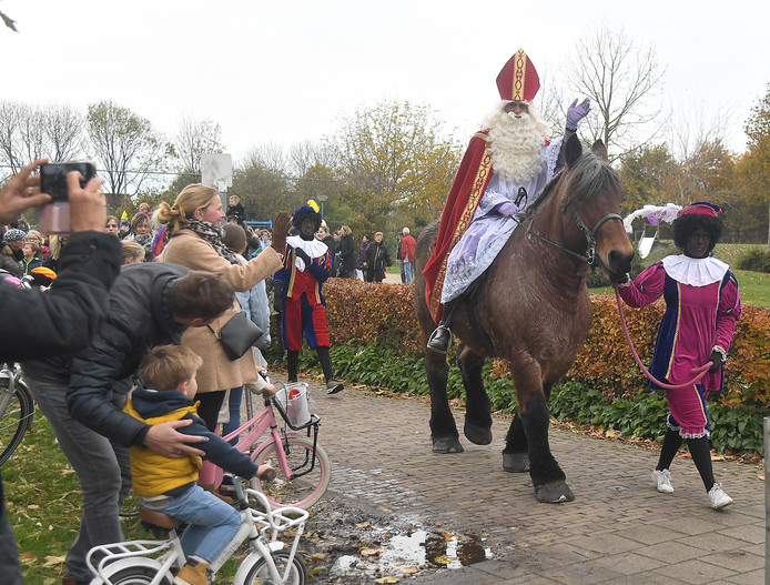 De sint maakte zaterdag zijn jaarlijkse ronde door het dorp.