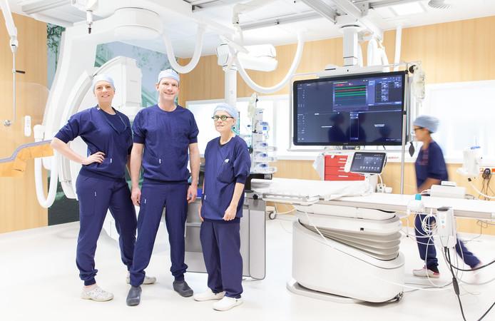 Interventiecardioloog Auke Weevers (midden) met collega's in een van de nieuwe cathkamers van het Albert Schweitzer ziekenhuis. 'Uitbreiding is nodig omdat de vraag naar dit type ingrepen toeneemt.'