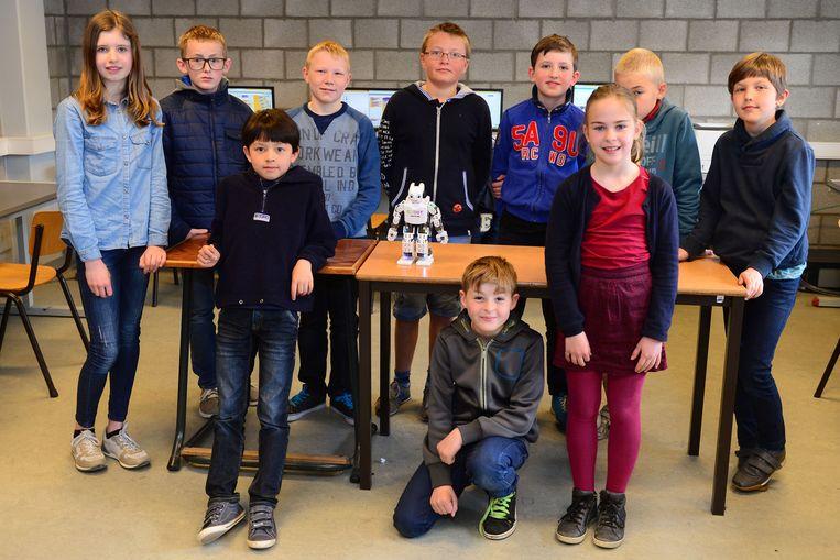 Enkele leerlingen, met centraal Robot Eddy.