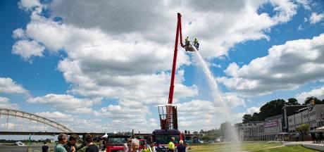 Deze brandweerspuit lest de dorst van het jonge gras op de Nijmeegse Waalkade met Waalwater