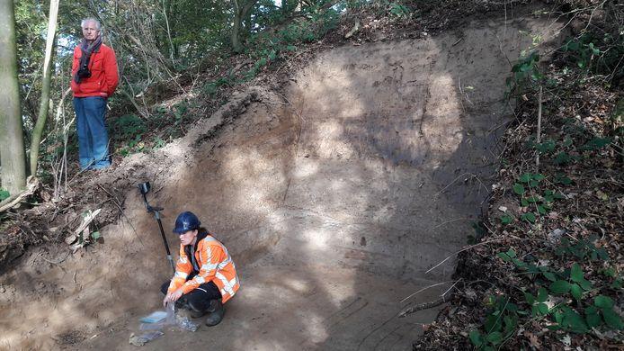 Archeologen hebben een hap genomen uit de motteheuvel in Leur. Bas Aarts kijkt toe.
