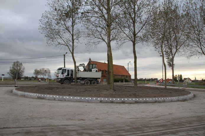 De tijdelijke rotonde in de Sluisstraat is nog niet helemaal klaar.