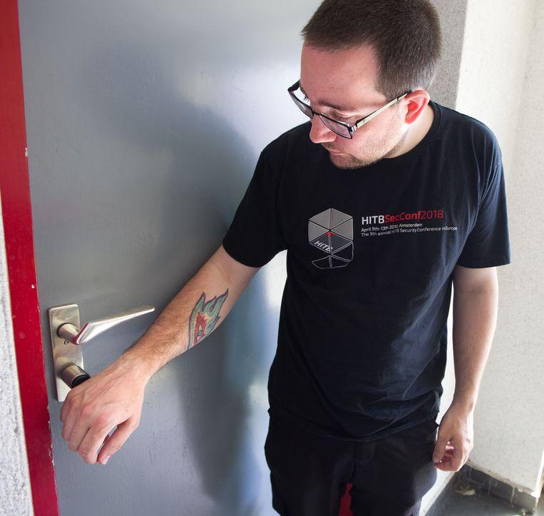 Zo kan het ook: je voordeur openen zonder sleutel. Biohacker Patrick Paumen heeft magneten en speciale chips in zijn vingers laten zetten.