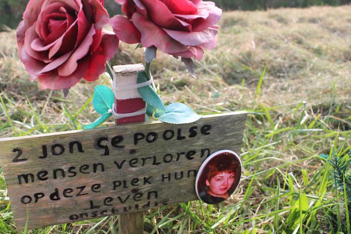 Het monumentje voor twee Poolse wandelaars die op 30 mei 2014 in Hellevoetsluis werden doodgereden, met fotootje van slachtoffer Sylwia Leśnik.