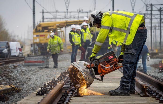 Werknemers werken aan een wissel op het spoor bij Hoofddorp.