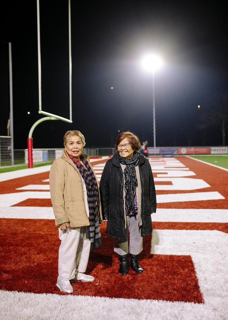 De Indische zussen Roos Tangkillisan (l) en Nel van Daalen, vrijwilligers bij de American Footballclub The Crusaders. Beeld Marc Driessen